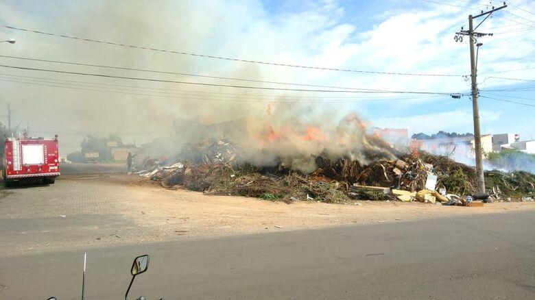 Problema recorrente, ecoponto abandonado pega fogo no São Carlos 8 - Crédito: Divulgação