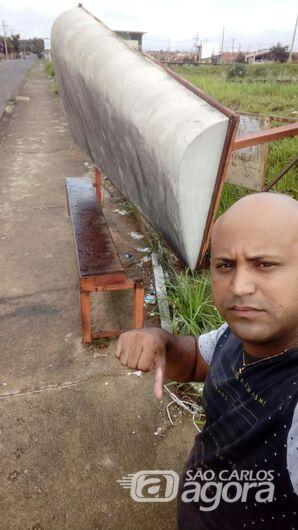 Enferrujado, ponto de ônibus despenca no Jardim Zavaglia - Crédito: Divulgação