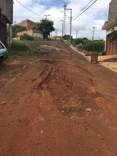 Rua intransitável e terrenos abandonados revoltam moradores do Jardim das Torres - Crédito: Divulgação