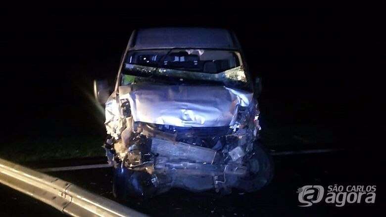 Van colide na traseira de micro-ônibus e uma pessoa fica ferida - Crédito: Colaborador/SCA