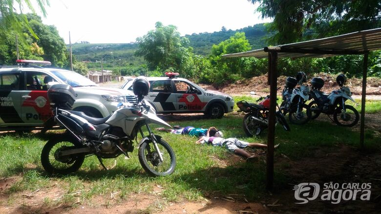 Dupla é flagrada com entorpecentes em moto suspeita - Crédito: São Carlos Agora