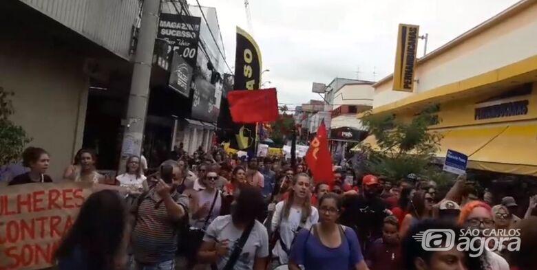 Dezenas de mulheres participam de ato contra Bolsonaro no Centro - Crédito: Reprodução/Facebook