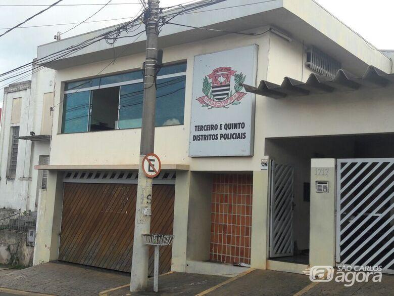 Bandidos furtam restaurante durante a madrugada, no Centro -