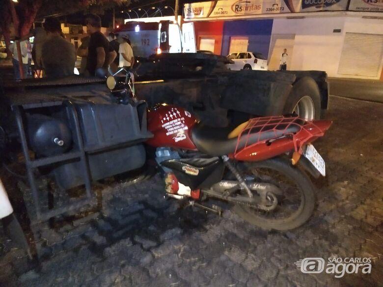 """Motociclista """"voa"""" cerca de 20 metros após bater em caminhão que avançou o pare - Crédito: São Carlos Agora"""