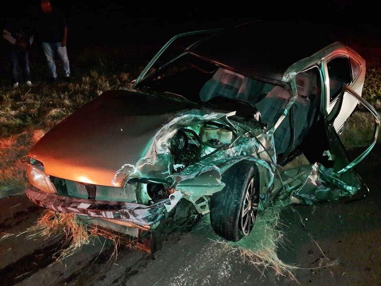 Homem fica gravemente ferido após ser arremessado para fora do veículo em colisão - Crédito: São Carlos Agora