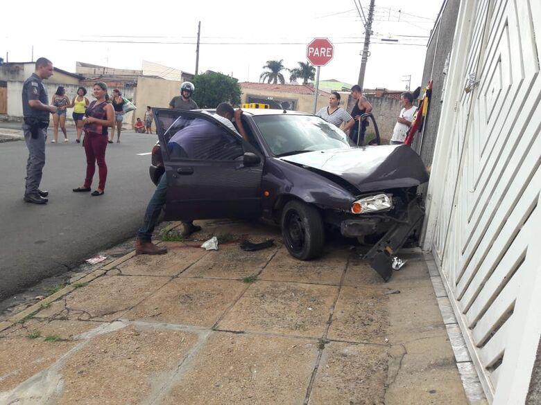 Mulher colide em dois carros, tenta a fuga e bate veículo em muro de casa - Crédito: São Carlos Agora