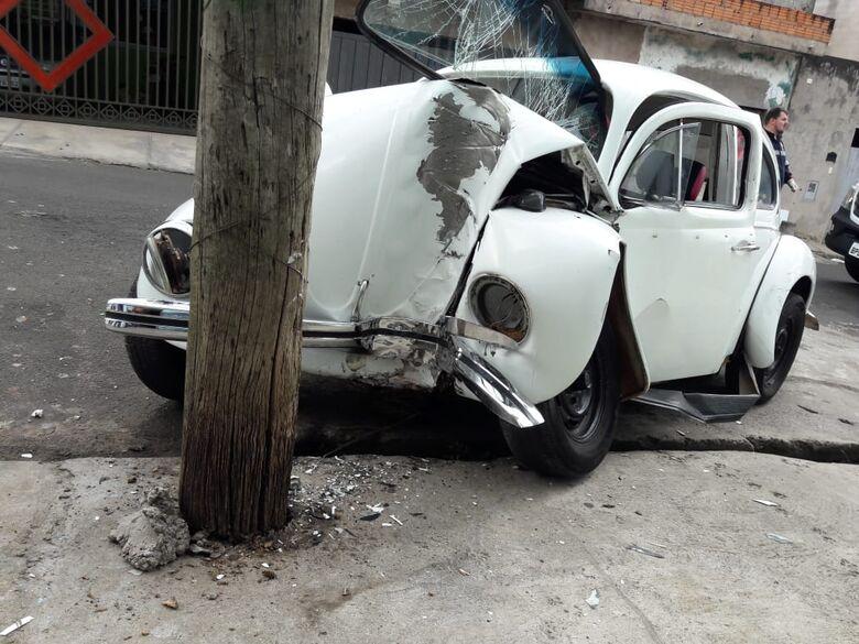 Direção trava, motorista perde controle e Fusca fica destruído após colidir em poste - Crédito: São Carlos Agora