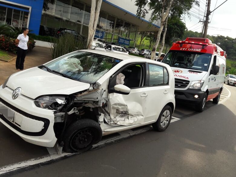 Motorista perde controle e up! colide em guard-rail na Marginal - Crédito: São Carlos Agora
