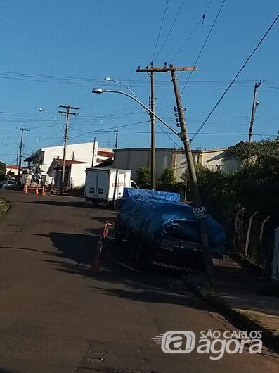 Caminhão perde freio e em marcha à ré colide em poste - Crédito: Divulgação