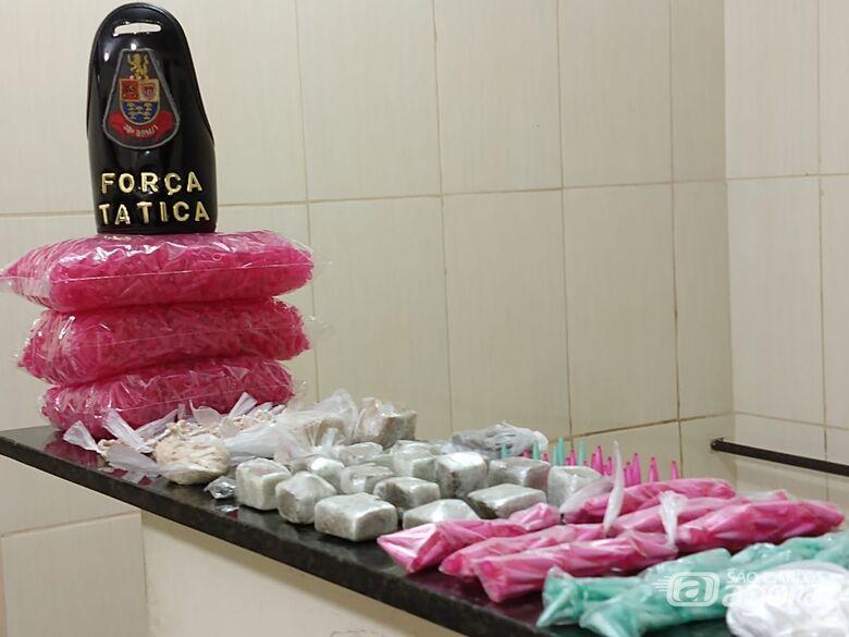 Tático estoura biqueira e apreende grande quantidade de drogas no Santa Angelina - Crédito: Luciano Lopes