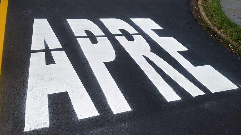 """Deu ruim na sinalização de trânsito: """"apre"""" em vez de """"pare"""" - Crédito: Divulgação"""