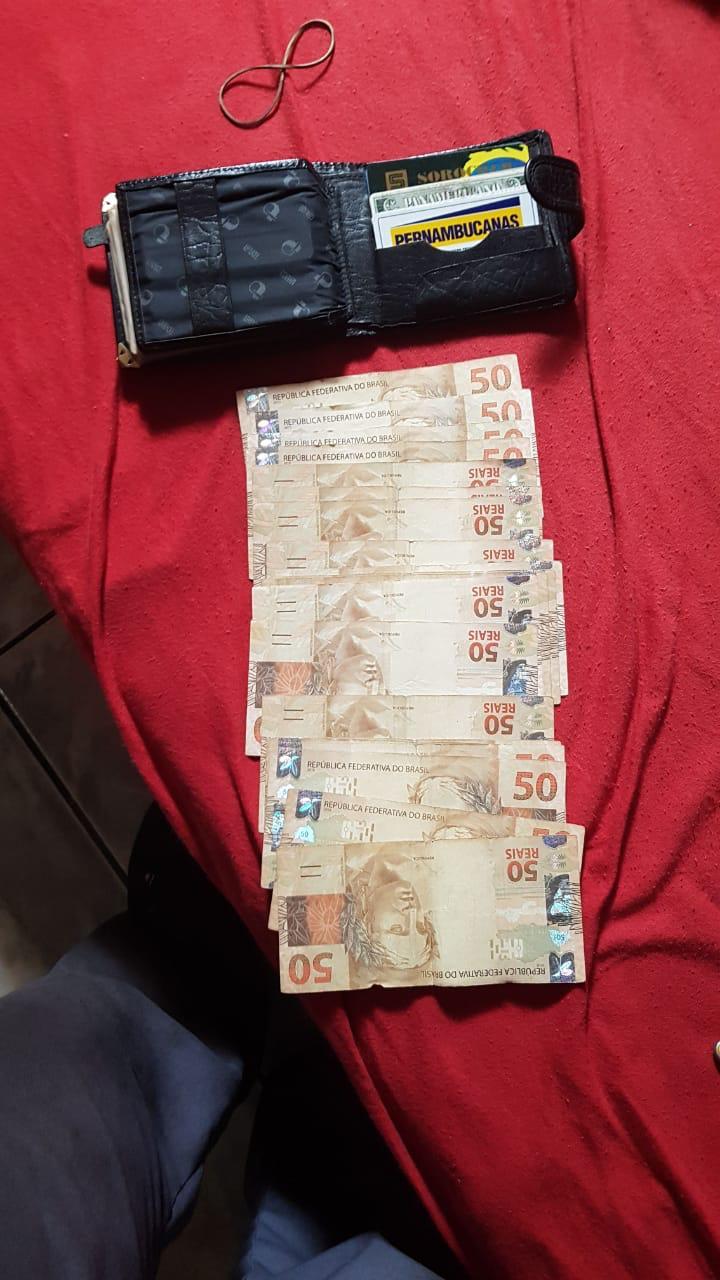 Mecânico acha carteira na rua com R$ 1,2 mil e devolve à proprietária com ajuda de policial militar - Crédito: São Carlos Agora