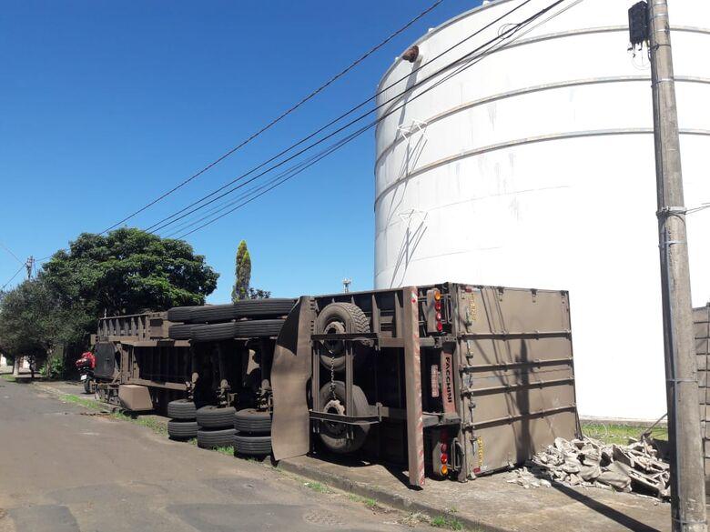 Asfalto cede e carreta carregada com ração tomba no Nova Estância - Crédito: São Carlos Agora