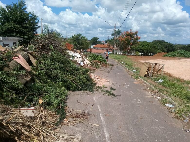 Entulho em ecoponto invade rua no São Carlos 3 - Crédito: Divulgação