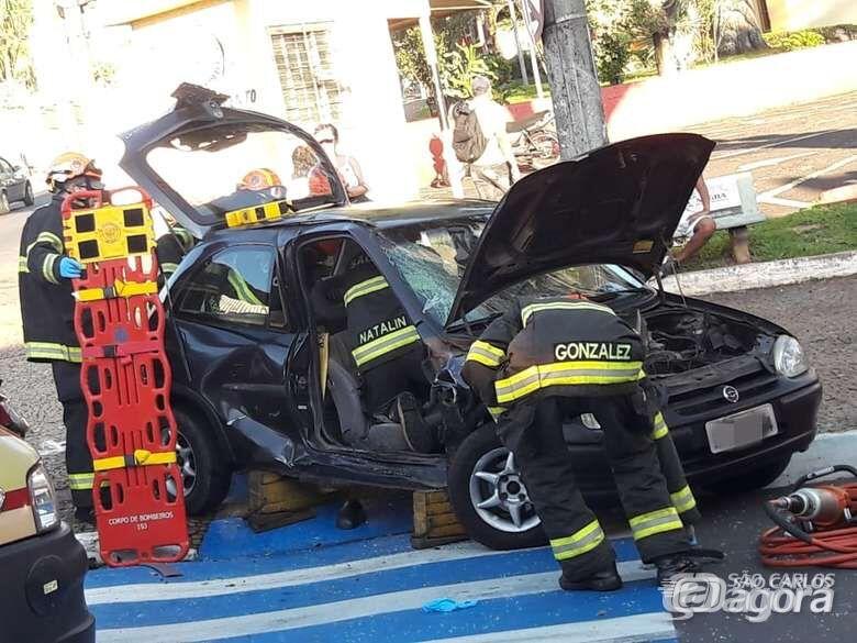 Violenta colisão arremessa carro contra poste no centro; um ferido - Crédito: São Carlos Agora