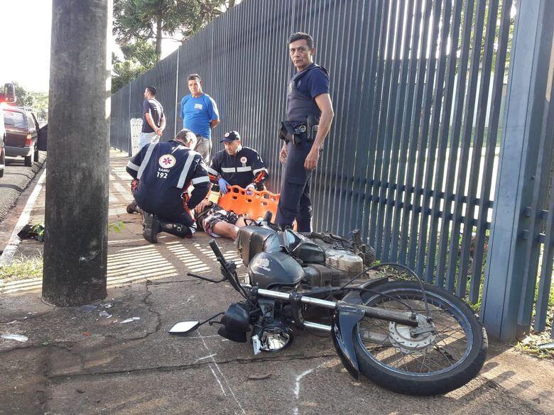 Motociclista se assusta com carro e sofre queda na região da USP - Crédito: São Carlos Agora