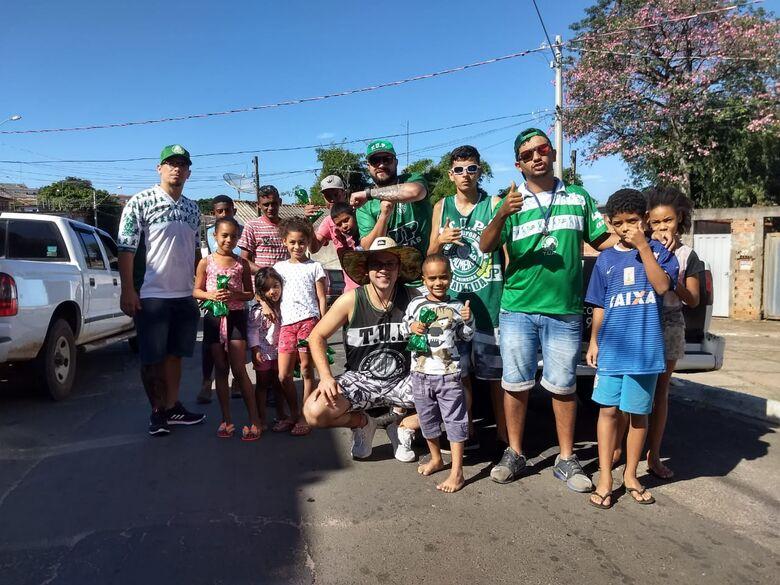 Periquitos da TUP entregam ovos de chocolate no Jardim Gonzaga - Crédito: Divulgação
