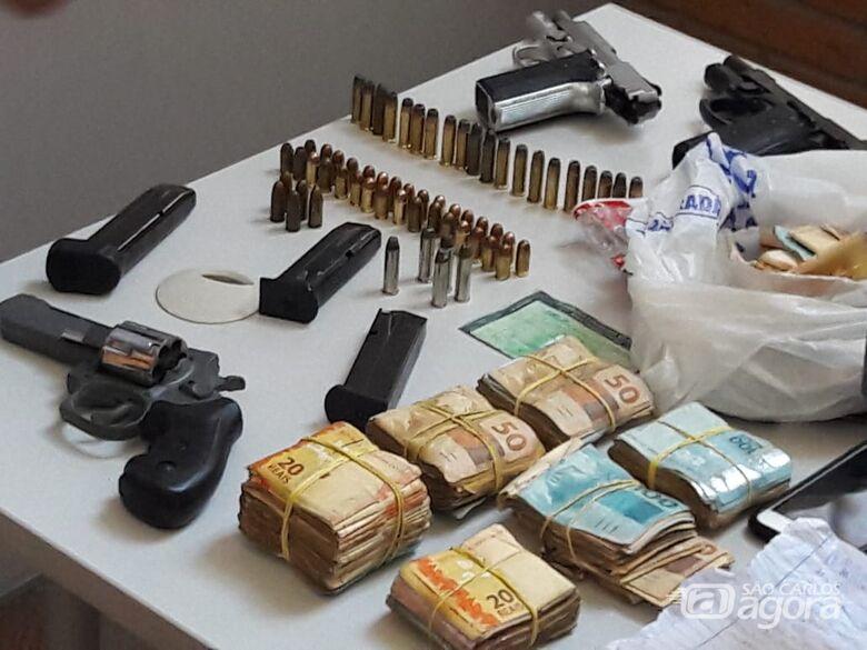 PM encontra armas, dinheiro e drogas em carro -