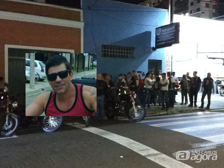 Amigos de motociclista que sofreu grave acidente fazem oração em frente ao hospital -