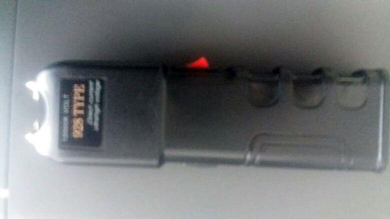 Adolescente é flagrado com arma de choque em escola municipal - Crédito: Colaborador/SCA