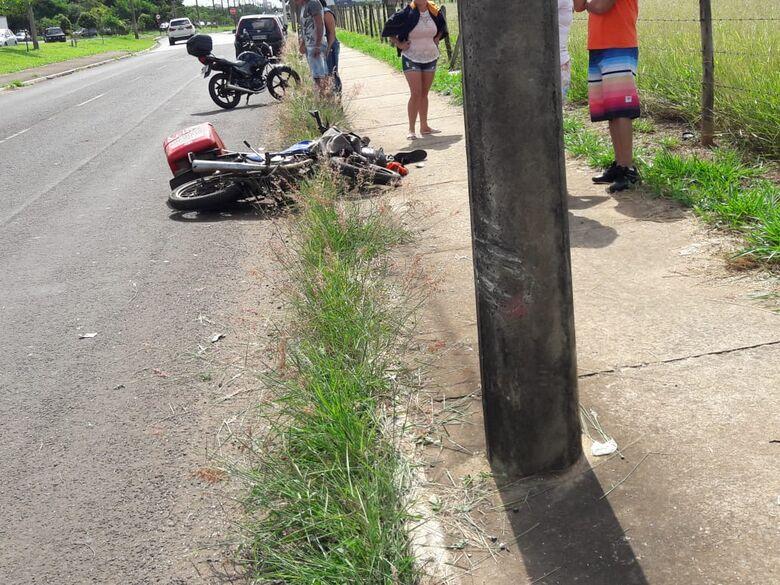 Motoboy fica gravemente ferido após colidir em poste na Miguel Petroni - Crédito: São Carlos Agora