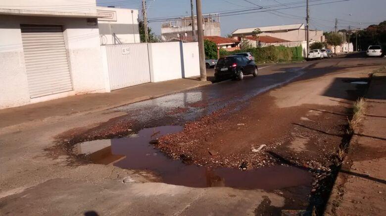 Cratera toma conta de rua no Jardim Santa Felícia - Crédito: Divulgação