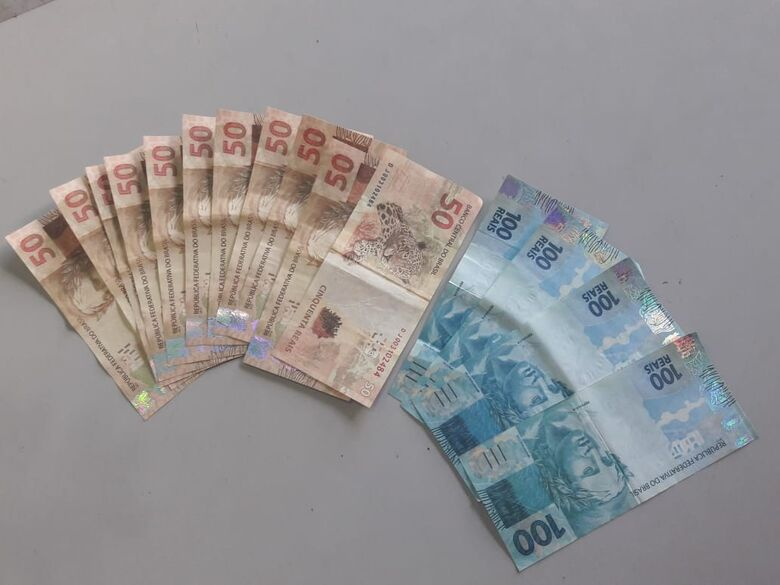 Jovem que repassava notas falsas em comércios é detido pela PM - Crédito: São Carlos Agora
