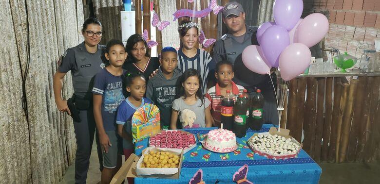 Policiais militares fazem festa surpresa para família carente no Santa Angelina - Crédito: Colaborador SCA