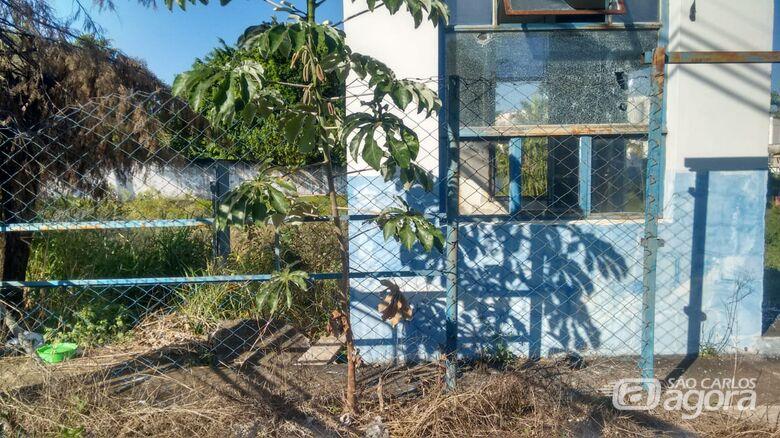 Bebê de um ano contrai dengue; família reside ao lado de prédio abandonado - Crédito: Divulgação