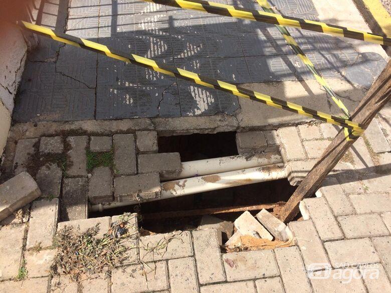 Vazamento em ligação de água se rompe e solo cede - Crédito: Divulgação