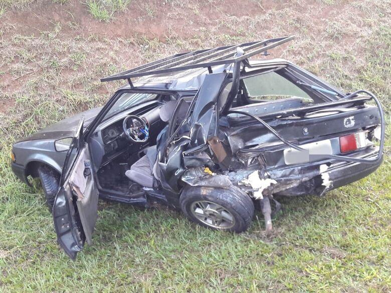 Colisão traseira na Washington Luís arremessa carro no acostamento - Crédito: São Carlos Agora