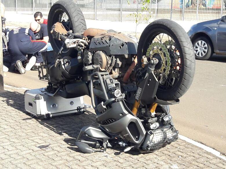 Moto fica de ponta-cabeça após acidente no Santa Felícia - Crédito: Maycon Maximino