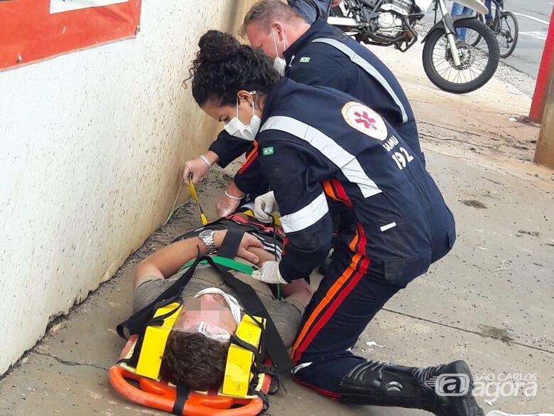 Motociclista tenta conversão proibida e se envolve em acidente de trânsito - Crédito: São Carlos Agora