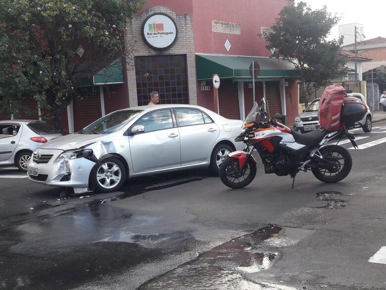 Carro avança sinal de PARE e causa acidente com moto - Crédito: São Carlos Agora