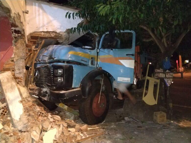 Caminhão desgovernado bate em duas casas no Santa Felícia - Crédito: São Carlos Agora