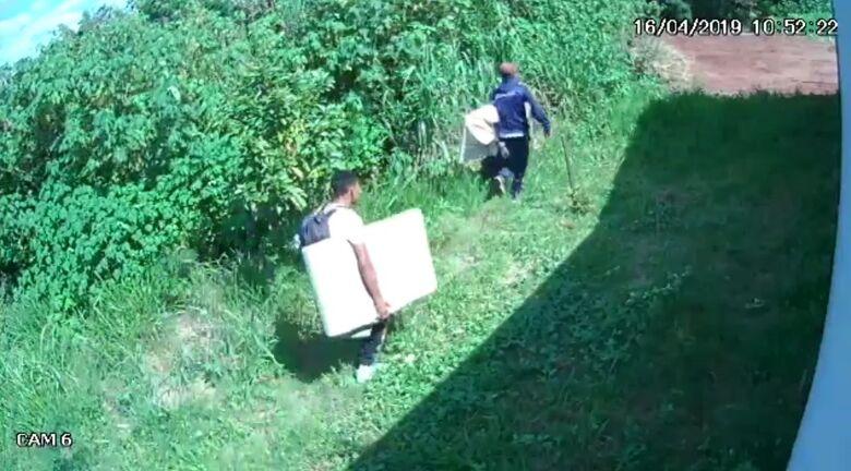 Câmera de segurança registra fuga de ladrões após furto em residência - Crédito: Reprodução
