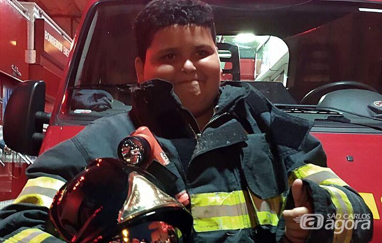 Garoto que sonha em ser bombeiro ganha festa de aniversário no quartel em São Carlos - Crédito: Luciano Lopes