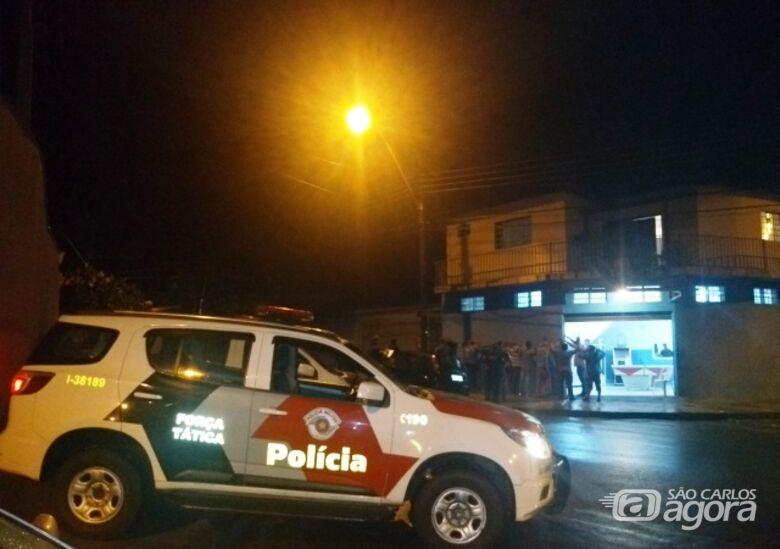 Em operação noturna, PM, GM e fiscalização interditam bar e festa em república - Crédito: Divulgação