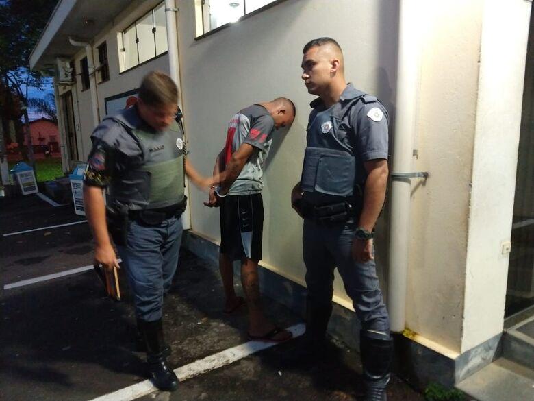 Polícia apreende drogas e prende traficante e autor de vários roubos no CDHU - Crédito: São Carlos Agora