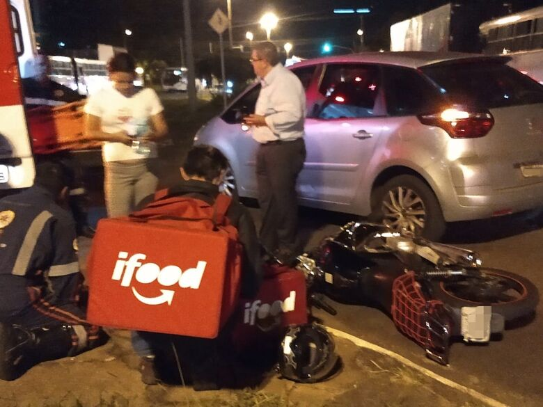 Motociclista se envolve em colisão ao tentar realizar ultrapassagem - Crédito: São Carlos Agora