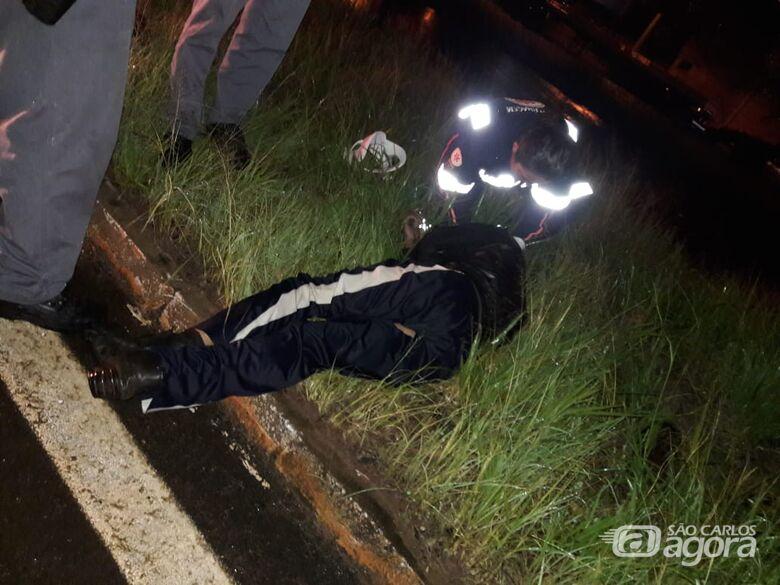 Motociclista é encontrado caído na rodovia SP-215 - Crédito: São Carlos Agora