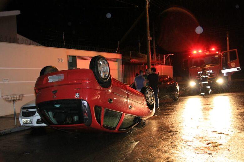 Motorista se distrai e capota carro no Itamaraty - Crédito: São Carlos Agora