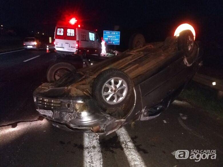 Após colisão, carros capotam e uma pessoa fica gravemente ferida na WL - Crédito: São Carlos Agora