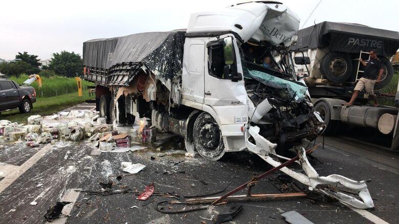 Colisão na Washington Luis deixa motorista de caminhão preso nas ferragens - Crédito: Grupo Rio Claro/Rápido no Ar