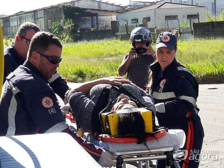 Motociclista cai após freada brusca para evitar colisão em caminhão - Crédito: São Carlos Agora