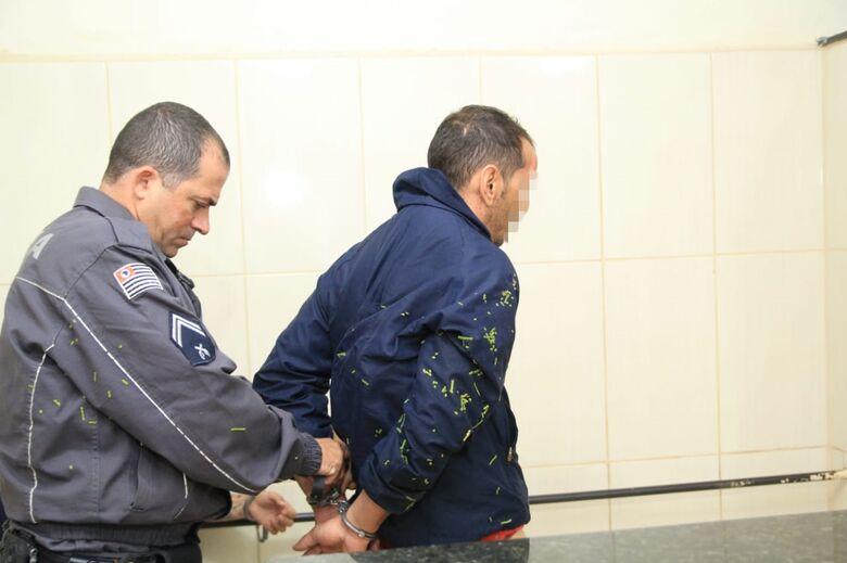 Homem é detido após desacatar policiais militares e resistir a prisão - Crédito: São Carlos Agora
