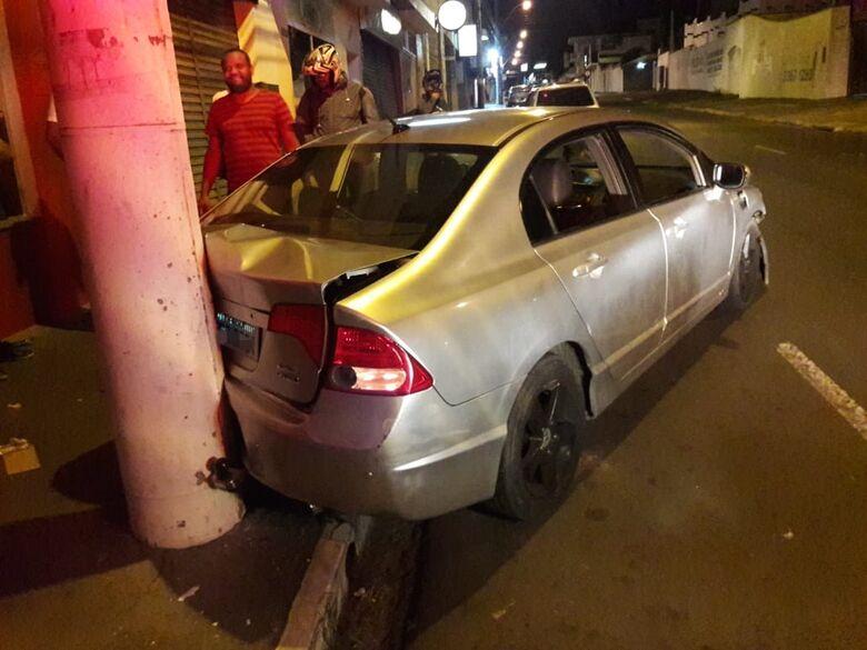 Motorista sofre ataque epilético ao volante e bate em poste - Crédito: São Carlos Agora