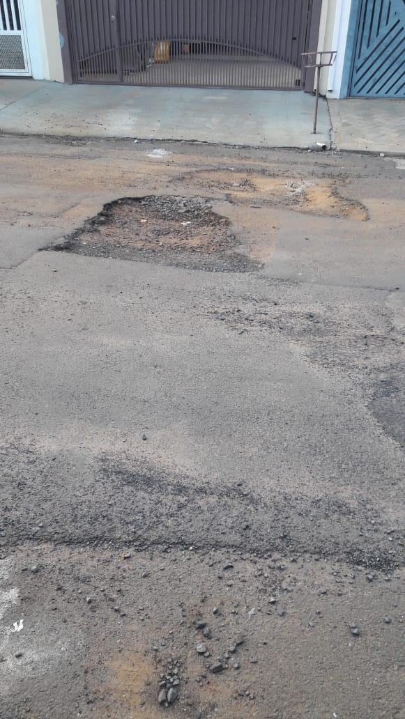 Morador fica cansado jogo de empurra-empurra e diz que rua está cheia de buracos no Santa Felícia - Crédito: Divulgação