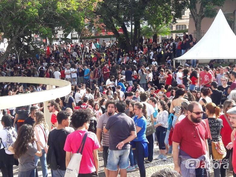 Estudantes tomam o Centro de São Carlos em protesto contra o corte de verbas - Crédito: Maycon Maximino