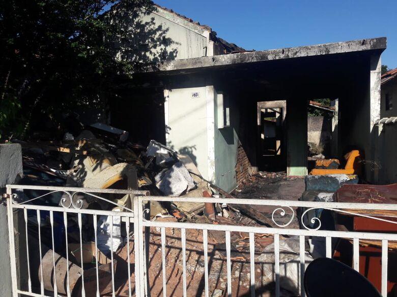 Briga acaba com três casas consumidas por incêndio na Vila Prado - Crédito: Maycon Maximino
